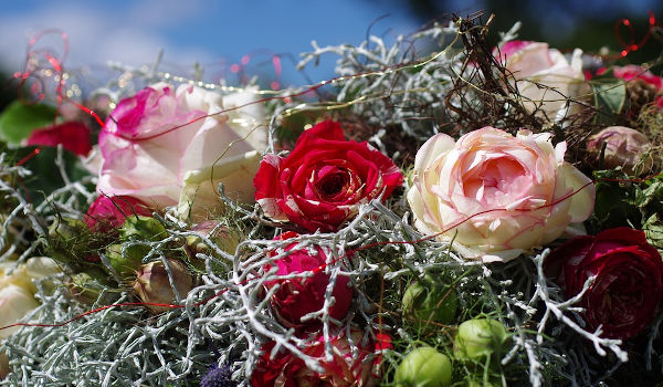 Entsprechender Blumenschmuck  im Trauerfall